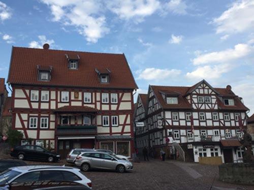 Schlitz am Marktplatz: Ein Ort der Begegnung. Früher lebten Händler, reiche Kaufleute, Ritter und andere privilegierte Bürger in der Innenstadt.