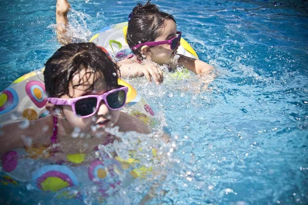 Die Welle in Lauterbach ist seit Jahrzehnten das Erlebnisbad für Familien: Wasserrutschen, Wellenbad, Sauna und Strömungsbecken bieten für Groß und Klein alles, um einen tollen Tag gemeinsam zu genießen.