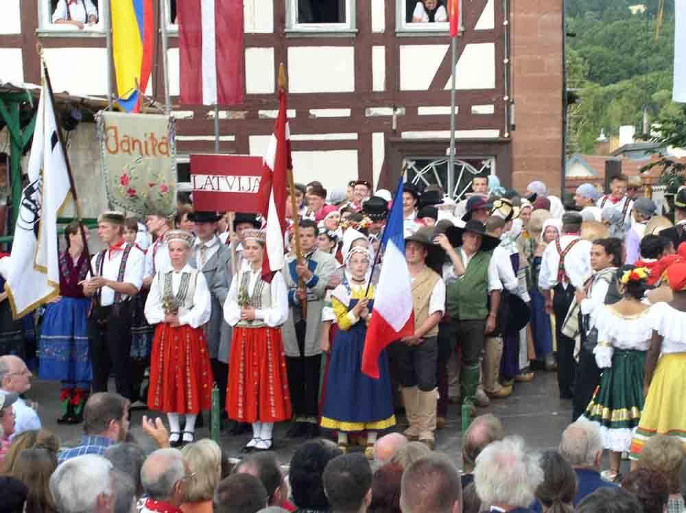 Schlitzer-Trachtenfest_Foto-by-ferienwohnung-schlitz.de_Hier findet jeder ein passendes Angebot: Musik, Tanz, der Festzug, Budenzauber und Vergnügungsunternehmen, Marktstände und Illumination an historischen Gemäuern.