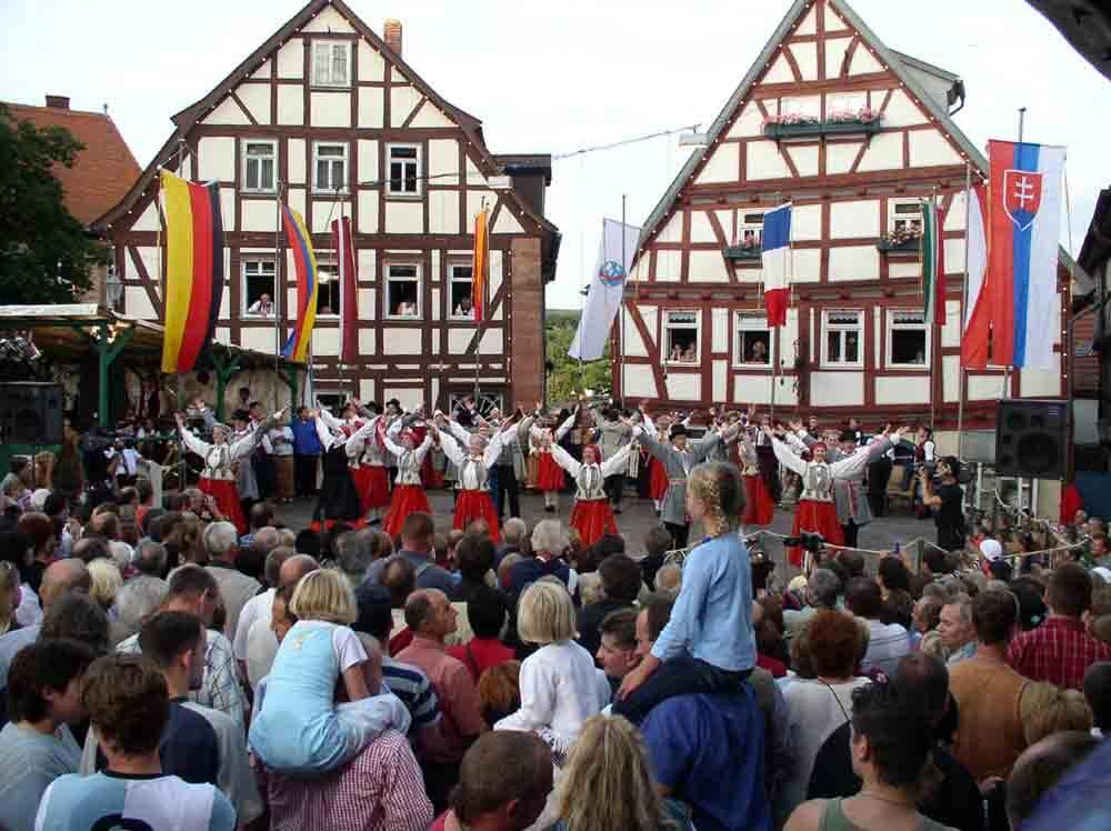 Schlitzer-Trachtenfest_Foto-by-ferienwohnung-schlitz.de_Vier Tage lang feiern die Schlitzerländer mit Freunden aus aller Welt. Der letzte Festtag (Trachtenfest-Montag) endet mit der 25. Stunde - dann ist das Fest vorbei.
