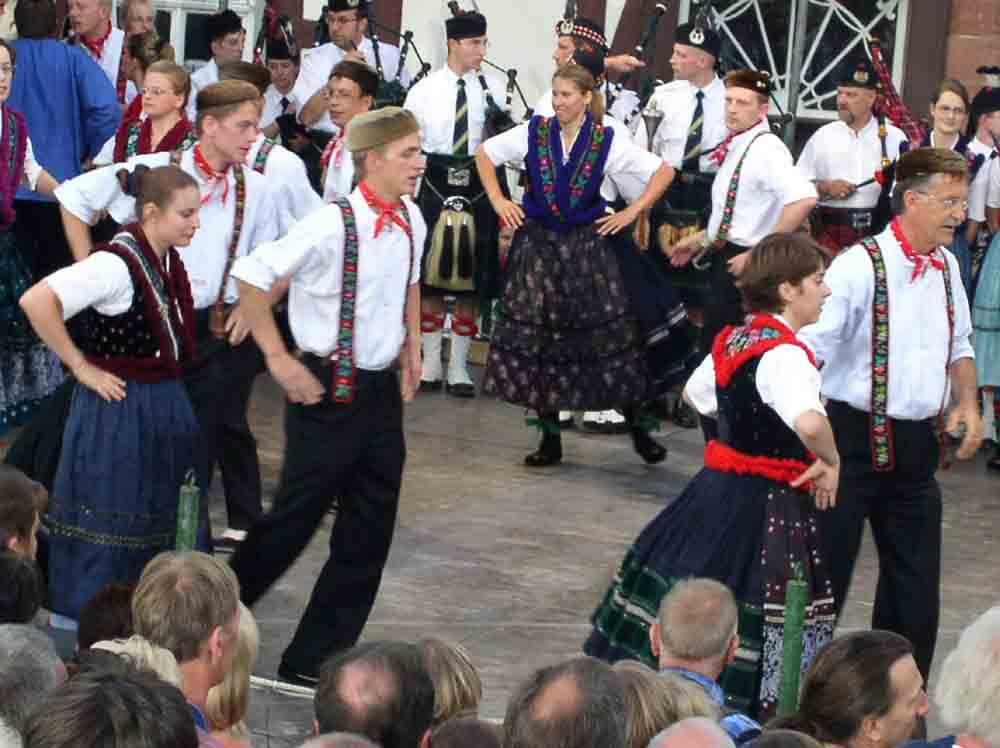 Tänze von Trachten- und Folkloregruppen aus aller Welt geben sich ein Stelldichein - nur alle 2 Jahre am 2. Juliwochenende in Schlitz (Foto: ferienwohnung-schlitz.de)
